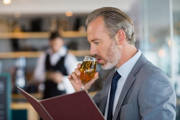 Homme affaires, avoir, bière, regarder, menu