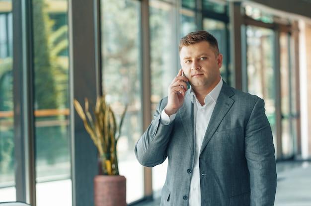 Homme d'affaires ayant un appel téléphonique au bureau