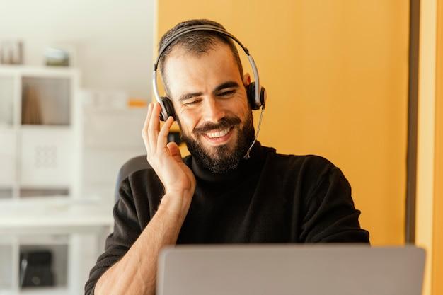 Homme d'affaires ayant un appel vidéo pour le travail