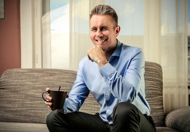 Homme d'affaires ayant un café
