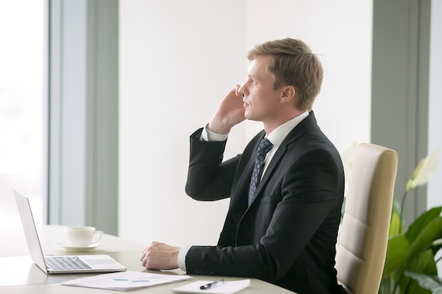 Homme d'affaires ayant une conversation téléphonique