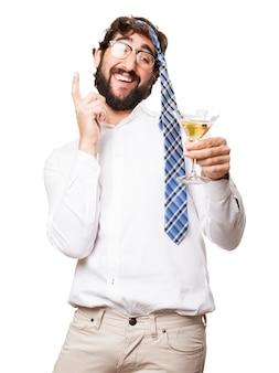 Homme d'affaires ayant du plaisir avec sa cravate sur sa tête