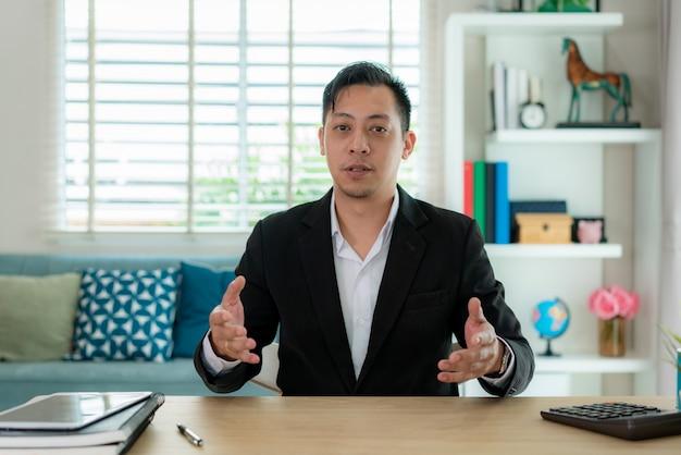 Homme d'affaires ayant une réunion d'appel vidéo