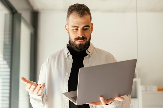 Homme d'affaires ayant une réunion en ligne