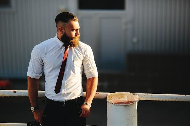 Homme d'affaires sur une balustrade blanche