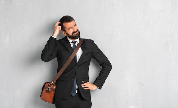 Homme affaires, barbe, avoir, doutes, tout,, gratter tête