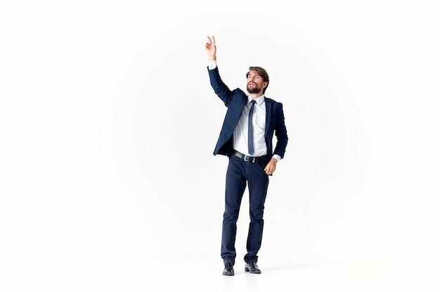Un homme d'affaires avec une barbe dans un costume classique fait des gestes avec ses mains