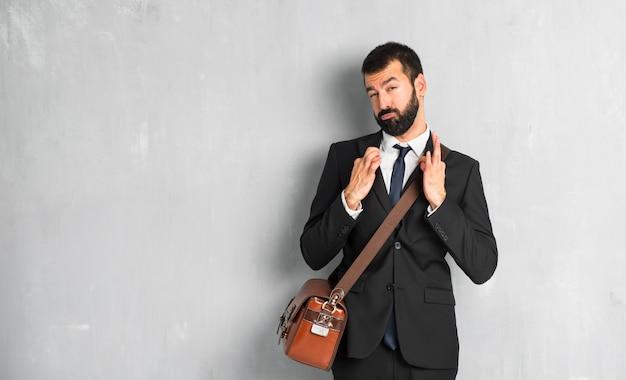Homme d'affaires avec barbe fier et satisfait de soi concept