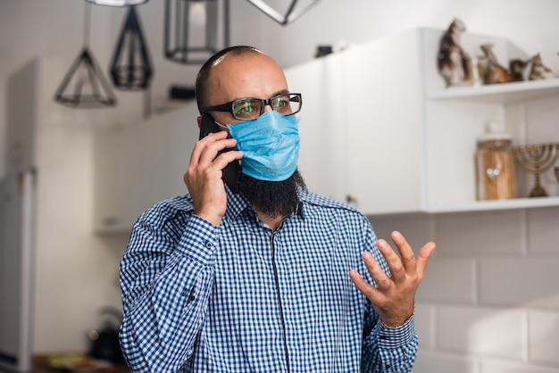Homme d'affaires avec barbe et masque médical