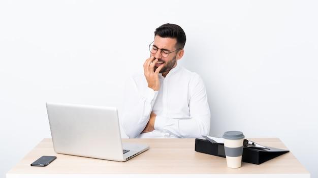 Homme d'affaires avec barbe sur mur isolé