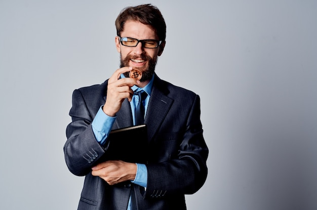 Homme d'affaires barbu en costume crypto-monnaie bitcoin internet money finance