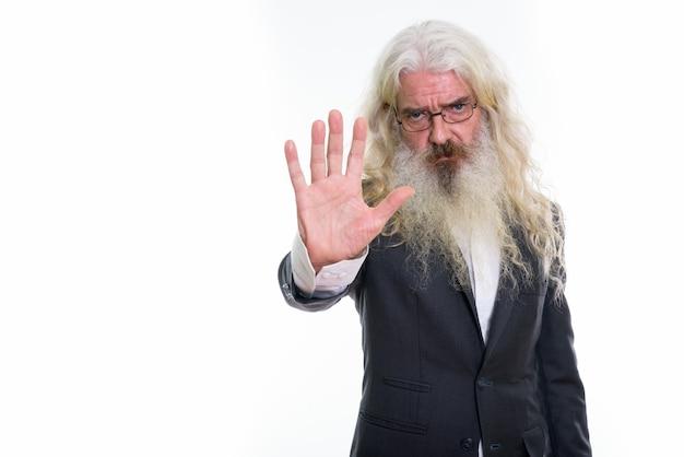 Homme d'affaires barbu senior montrant le signe de la main d'arrêt