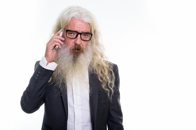 Homme d'affaires barbu senior parler au téléphone