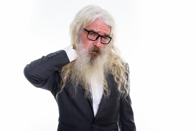 Homme d'affaires barbu senior stressé ayant des douleurs au cou