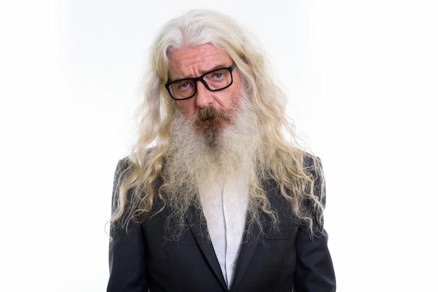 Homme d'affaires barbu senior triste portant des lunettes