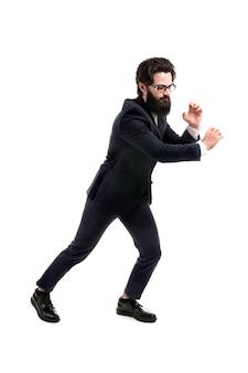 Homme d'affaires barbu tire une corde invisible, isolée sur un espace blanc