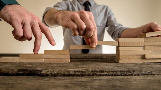 Homme affaires, bâtiment, escalier, bois, blocs, combler, écart, partenaire