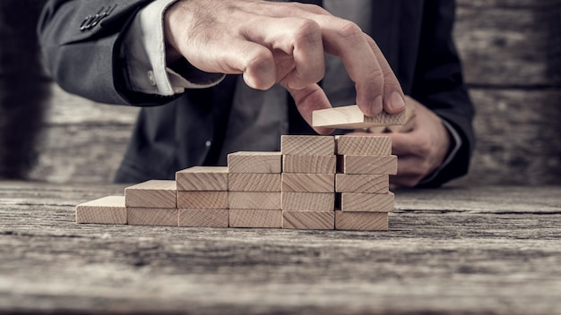 Homme affaires, bâtiment, graphique, échelle, succès