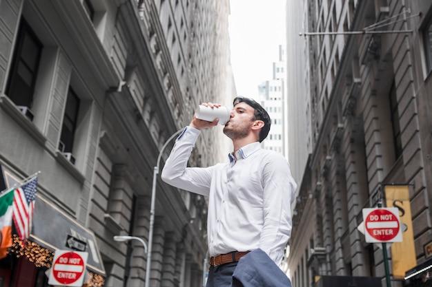 Homme d'affaires bénéficiant d'une boisson chaude