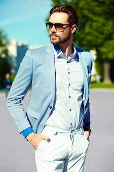 Homme affaires, bleu, complet, porter, lunettes soleil, rue