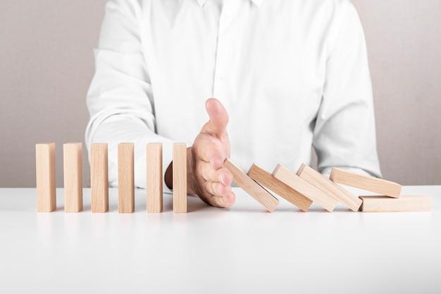 Homme d'affaires, blocs de bois. un concept de croissance de carrière, d'assurance