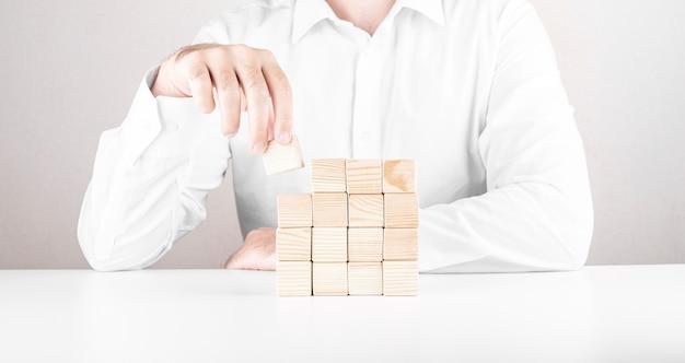 Homme affaires, à, blocs bois