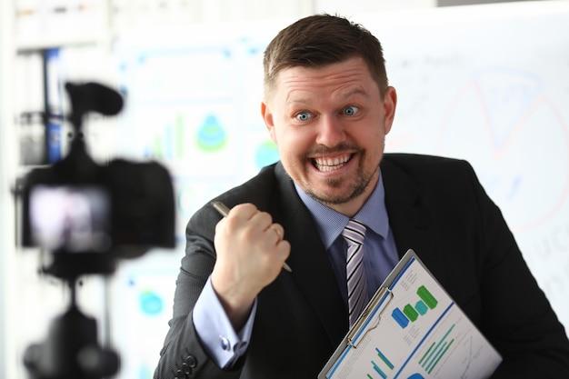 Homme d'affaires blogueur entraîneur en ligne crier concept de caméra intro