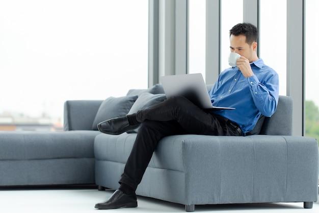 Homme d'affaires, boire du café au bureau.