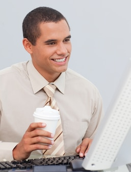 Homme d'affaires, boire du café au bureau