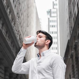 Homme affaires, boire, rue ville
