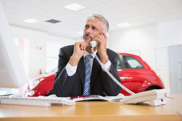 Homme d'affaires bouleversé faire un appel téléphonique