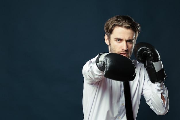 Homme affaires, boxe, gants