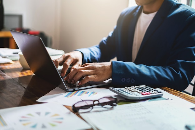 Homme affaires, bureau, bureau, utilisation, ordinateur portable