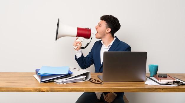 Homme affaires, bureau, crier, mégaphone