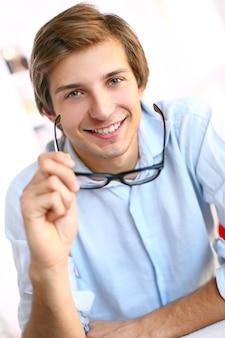 Homme affaires, bureau, sourire
