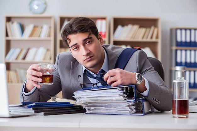 Homme d'affaires buvant au bureau