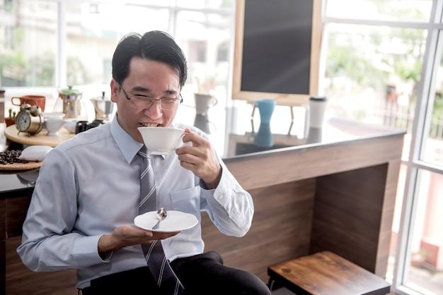 Homme d'affaires buvant du café chaud le matin avant le travail.