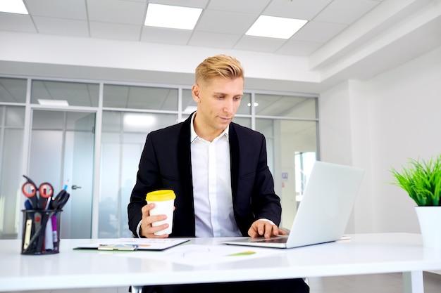 Homme affaires, à, café, dans, main