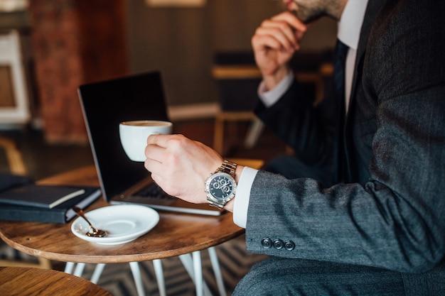 Homme affaires, café