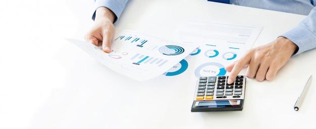 Homme affaires, calculer, et, analyser, données financières