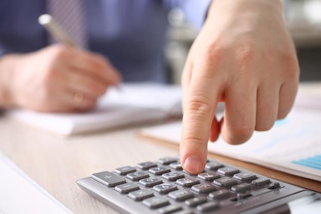 Homme d'affaires, calculer le budget des finances, appuyez sur le bouton