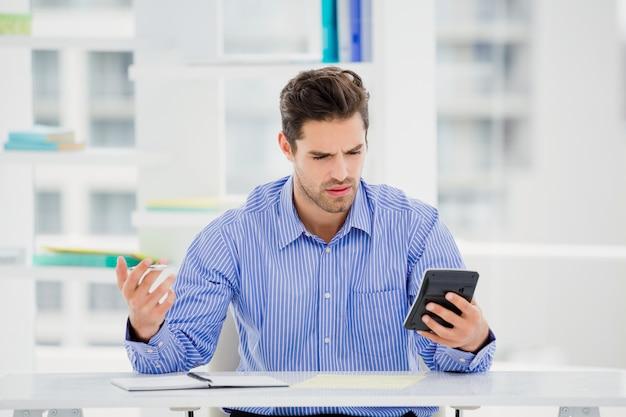 Homme affaires, calculer, comptes, calculatrice