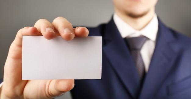 Homme affaires, à, carte visite, gros plan