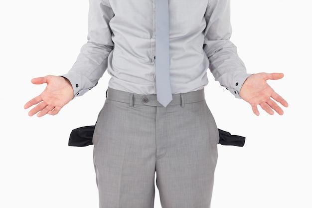Homme d'affaires cassé avec des poches vides