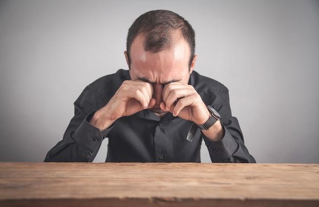 Homme d'affaires caucasien qui pleure au bureau.