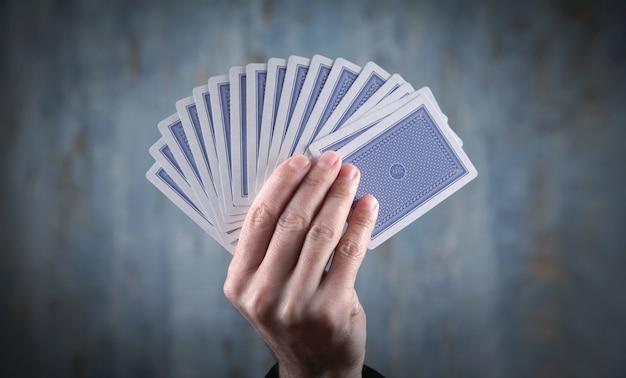 Homme d'affaires caucasien tenant des cartes à jouer.
