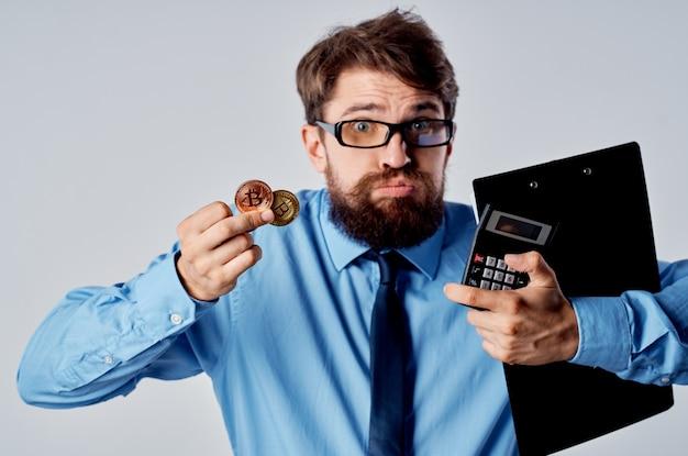 Homme d'affaires en chemise avec cravate finance bitcoin crypto-monnaie