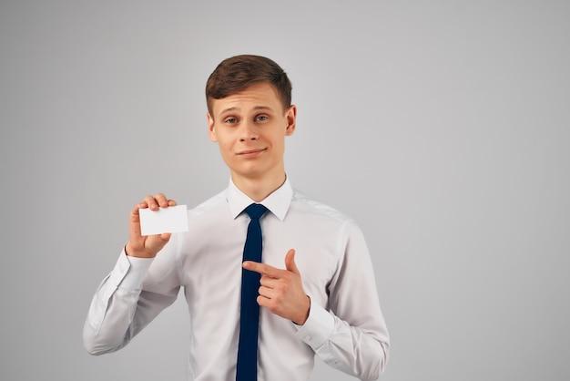 Homme d'affaires en chemise avec cravate travail de bureau carte de visite à la main