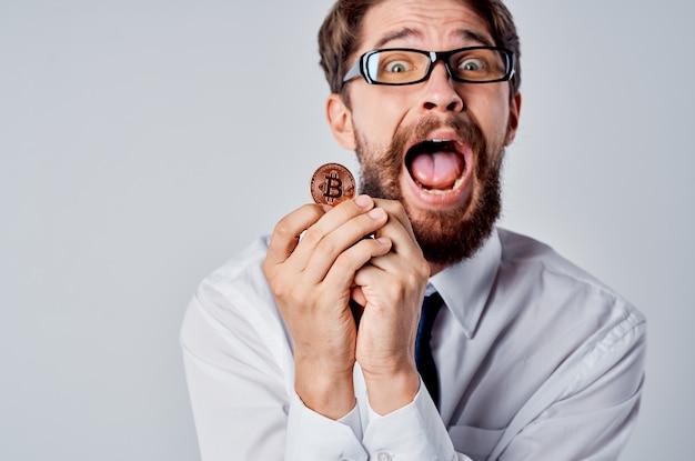 Homme d'affaires en chemise gros plan financier bitcoin crypto-monnaie