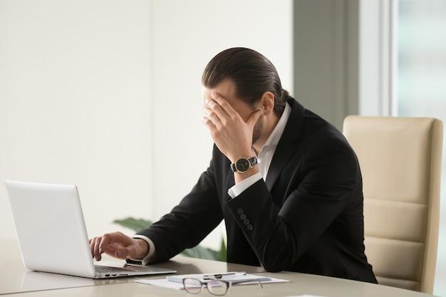 Homme d'affaires cherchant à sortir d'une situation difficile